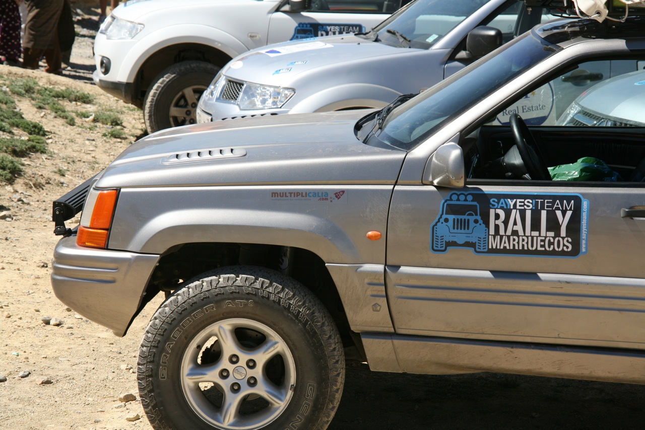 Coche del Rally Solidario con pegatina de Multiplicalia.