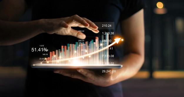 Empresario observando los resultados del trabajo de la agencia de marketing digital